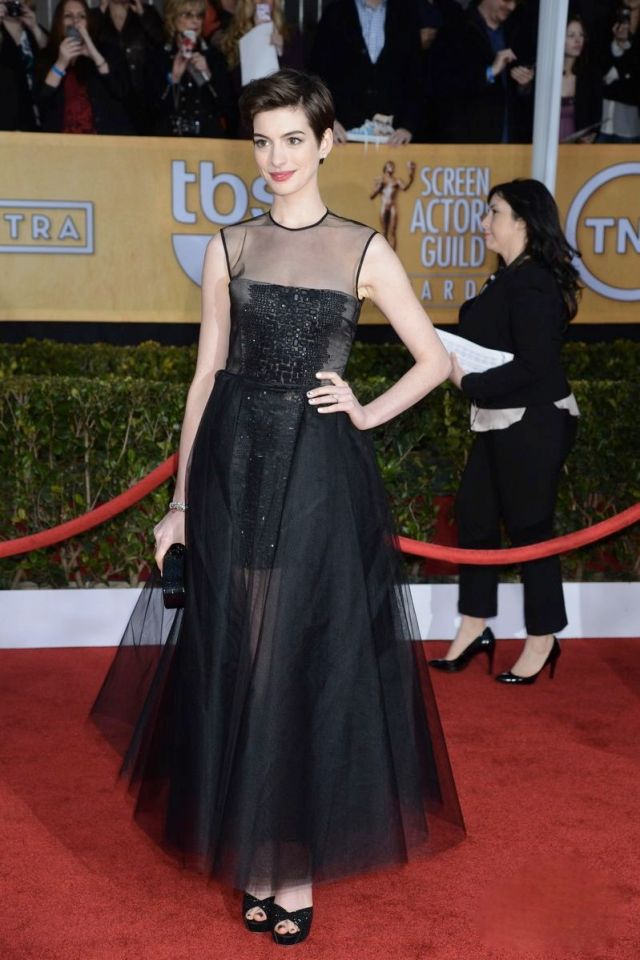 2-Anne-Hathaway-in-Giambattista-Valli-at-Screen-Actors-Guild-SAG-Awards-2013