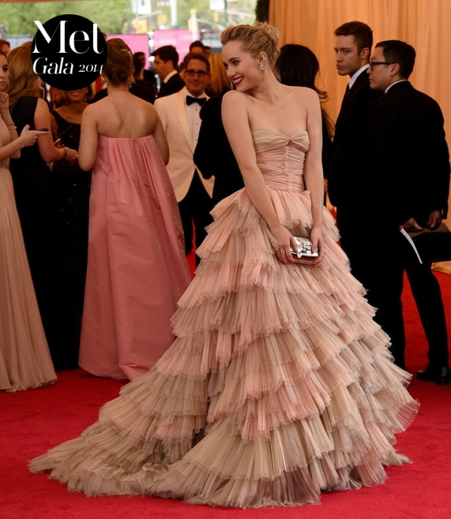 Met-Gala-2014-red-carpet-1-Suki-Waterhouse-Burberry