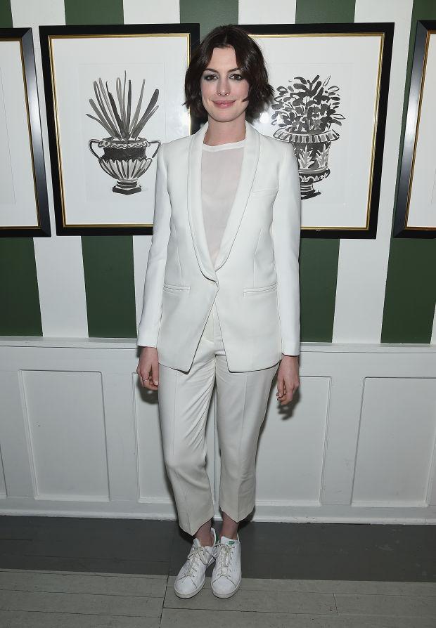 Anne-Hathaway-NYC-white-creme-look-Theory-Iro-2