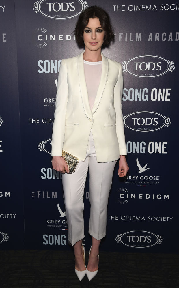 Anne-Hattaway-NYC-white-creme-look-Theory-Iro-1