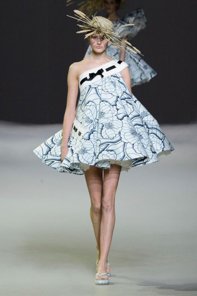defile-viktor-amp-rolf-printemps-ete-2015-paris-look-3