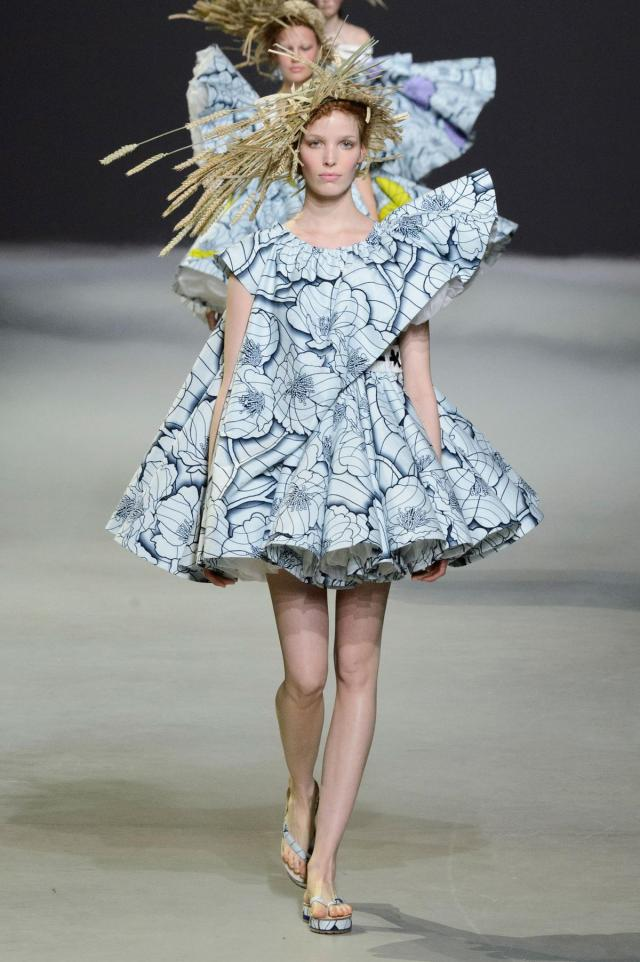 defile-viktor-amp-rolf-printemps-ete-2015-paris-look-4