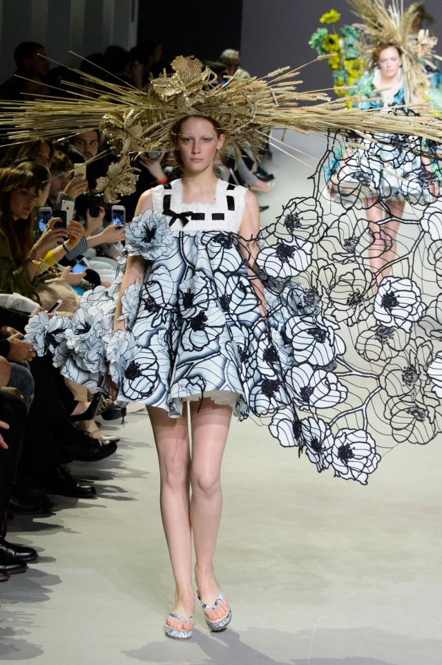 defile-viktor-amp-rolf-printemps-ete-2015-paris-look-9
